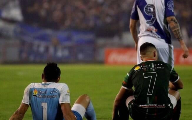 Jogadores do San Jorge de Tucuman sentados em protesto contra a arbitragem. Time foi rebaixado para quinta divisão.