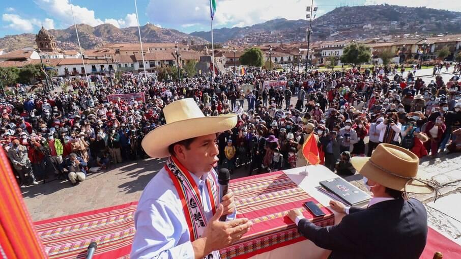 Pedro Castillo, vencedor na contagem de votos no Peru, faz aceno ao mercado