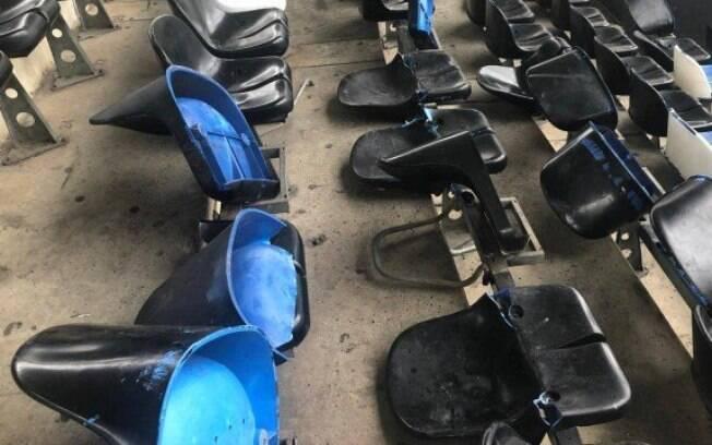 Cadeiras foram quebradas no estádio Nilton Santos