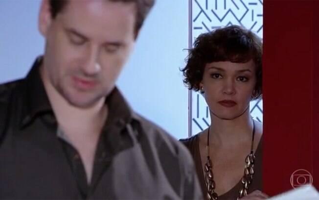 Esther flagra Paulo dormindo com outra