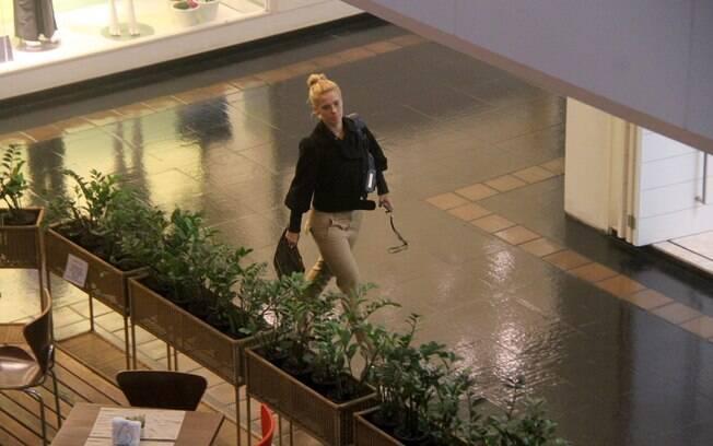 Carolina Dieckmann circula em shopping center carioca
