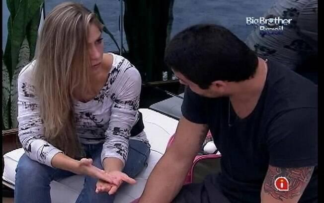 Renata fala com Rafa sobre o jogo e Jonas