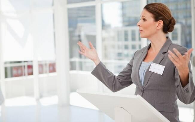 Erros da oratória: andar muito pelo palco ou fazer muitos gestos desvia a atenção do público