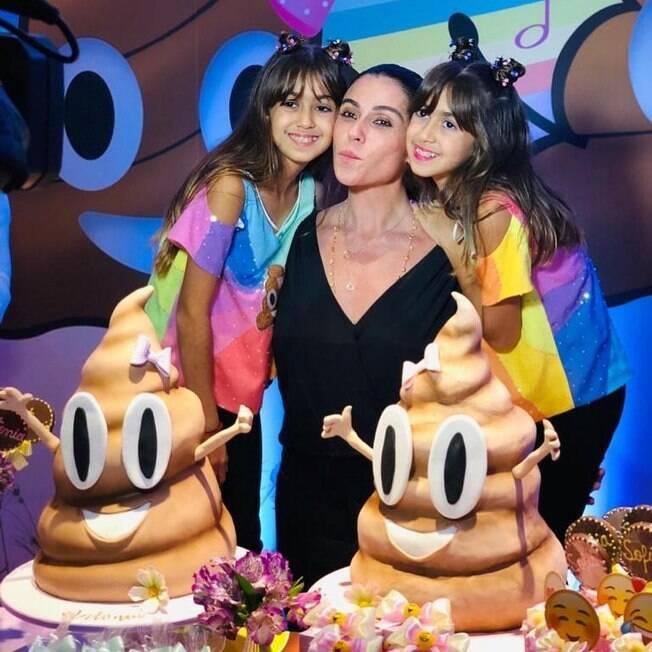 giovanna antonelli com as filhas em festa de aniversário com bolo de cocô