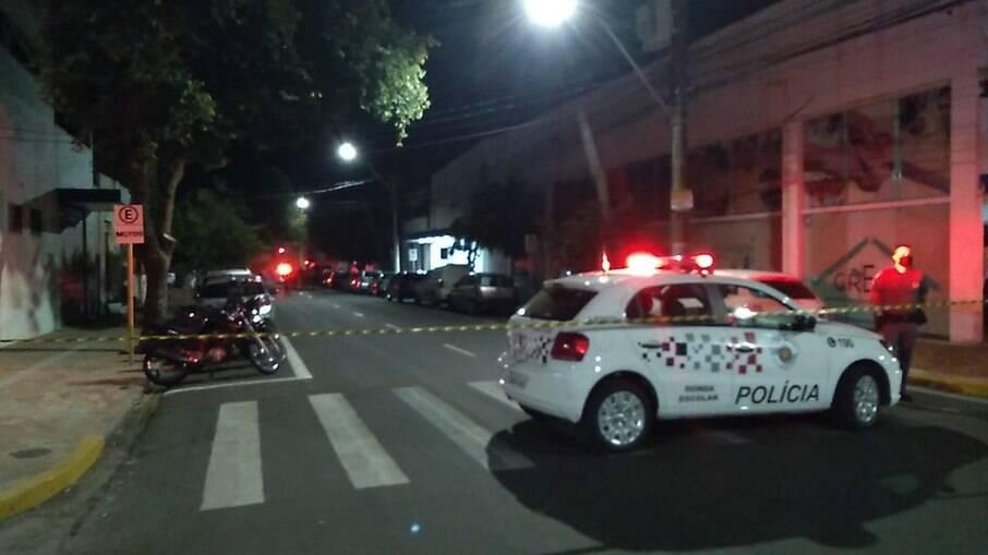 Carro de polícia após Tiroteio foi na frente de bar em Araçatuba