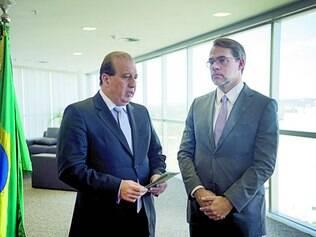 Entrega. Dias Toffoli recebe de Augusto Nardes uma lista com mais de 6.500 nomes de gestores que tiveram contas julgadas irregulares