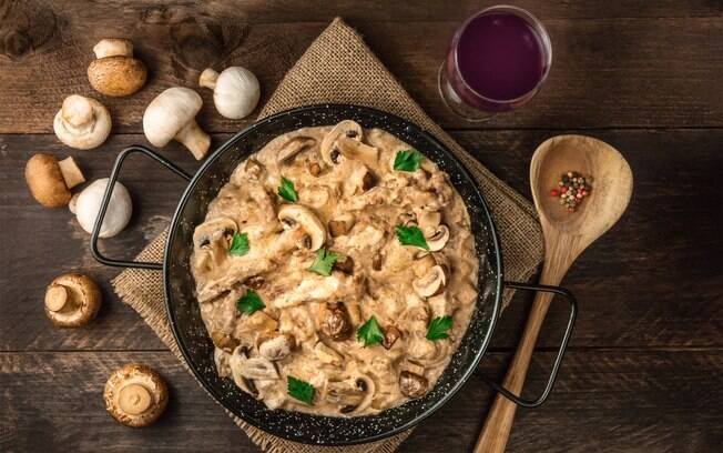 A culinarista enfatiza que o estrogonofe não estará errado caso fique muito claro. Isso vai de acordo com a preferência de cada um
