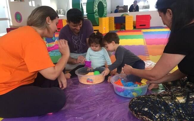 Para trabalhar o desenvolvimento infantil de forma geral, são propostas para as crianças atividades físicas e cognitivas