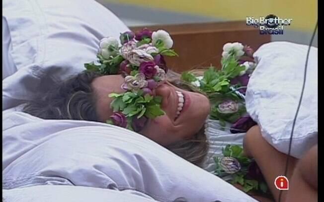 Monique ri das palhaçadas que protagoniza com Yuri e Renata