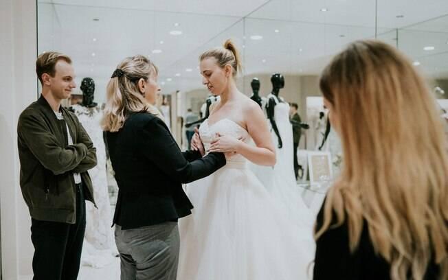 Stephanie foi em busca do vestido de noiva perfeito acompanhada da mãe, pai, irmão, melhor amiga e fotógrafo