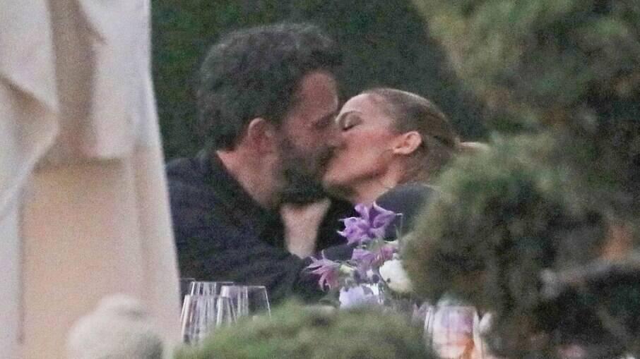 Ben Affleck e Jennifer Lopez foram pegos se beijando