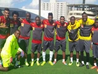 Eto'o reuniu seus companheiros de seleção camaronesa e posaram para uma foto