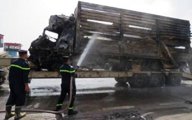 Caminhão-tanque carregado de explosivos, conduzido por um membro do Estado Islâmico, bateu em um posto de controle