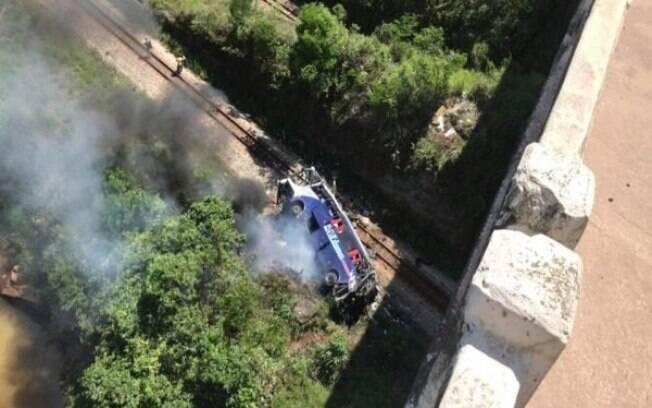 Veículo caiu de viaduto na cidade de João Monlevade, em Minas Gerais, por suspeita de falha mecânica nos freios