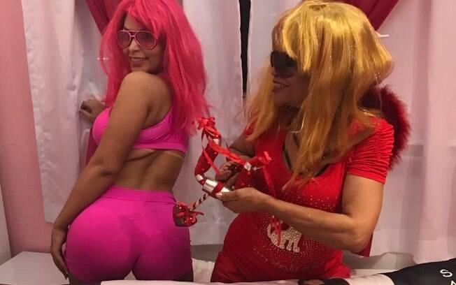 Ellen Santana, concorrente ao título de Miss Bumbum, exibe apoio recebido pela mãe. Em foto divertida, ambas usam perucas e óculos