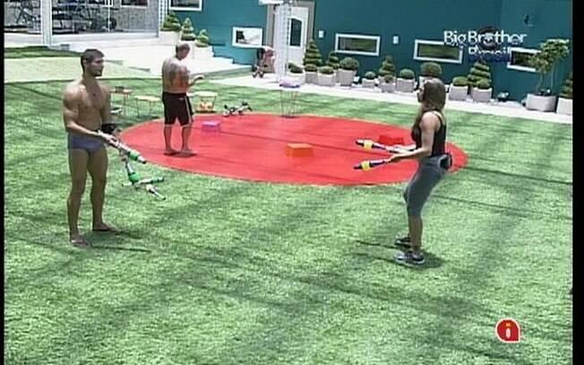 Jonas ajuda Monique a jogar malabares