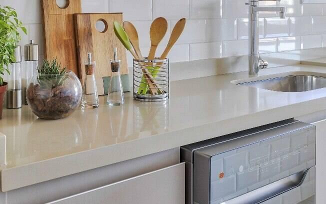 Na hora de escolher os móveis planejados para cozinha, é importante evitar materiais que acumulam gordura