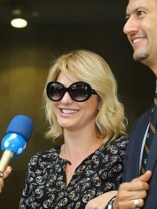 Antonia Fontenelle com seu advogado no fórum após audiência ser cancelada