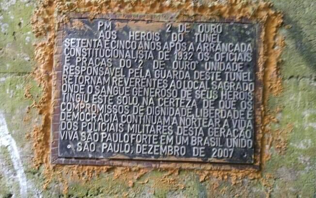 Placa no Túnel da Mantiqueira em homenagem aos soldados do 2º Batalhão de Caçadores Paulistas, atual 2º BPM/M, hoje responsável pelo policiamento na zona leste da Capital