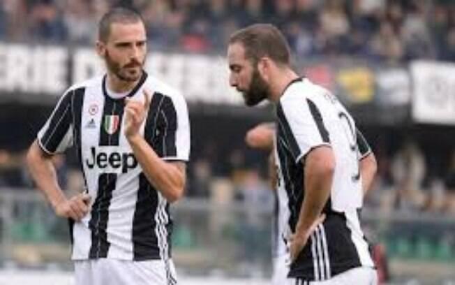 Bonucci e Higuaín em campo pela Juventus