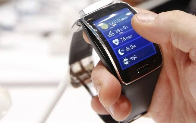 9347b5b9ba9 Samsung Gear S é relógio com chip 3G que dispensa celular para acesso à  internet.