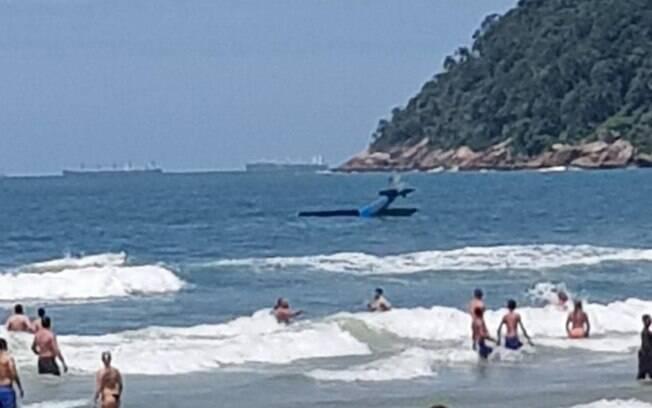 Avião cai em praia do Guarujá