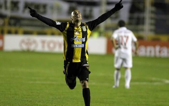 Ernesto Cristaldo comemora o gol da vitória  do Strongest sobre o São Paulo