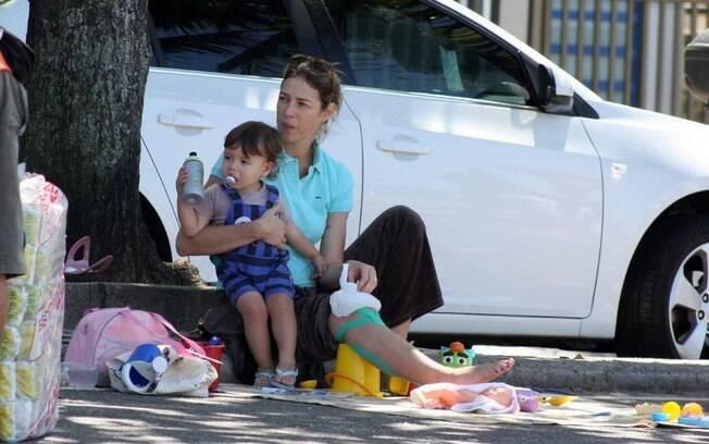 Luana Piovani brinca com o filho, Dom, neste domingo (8), e cuida do joelho recém-operado