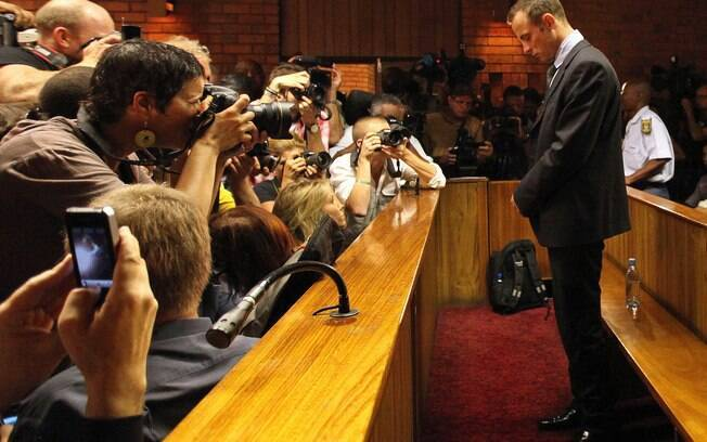 Oscar Pistorius conseguiu liberdade sob  fiança nesta sexta-feira, dia 22 de fevereiro, e  permaneceu imóvel e de cabeça baixa no tribunal