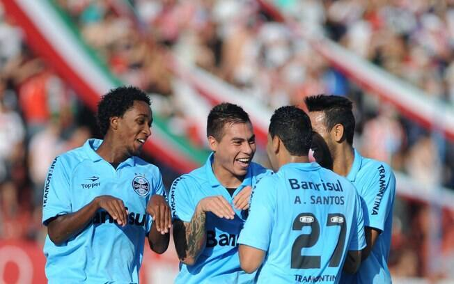 Jogadores do Grêmio comemoram gol de Vargas  imitando coelhos em alusão à Páscoa