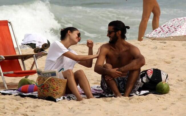 Sophie Charlotte aproveita praia com amigo no Rio