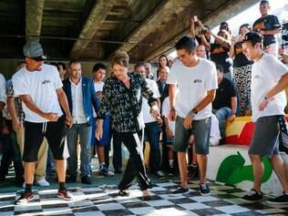 Dilma cai no funk. Aécio joga capoeira