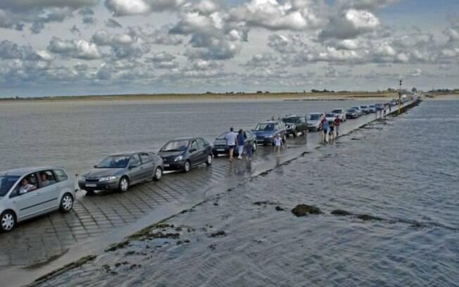 Imagine o terror de ver o mar engolindo essa estrada na França, tudo porque você entrou nela quando estava perto do horário limite para atravessar.