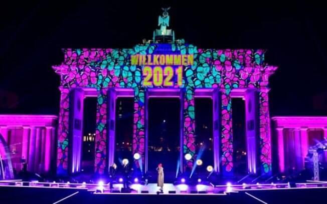 O Portão de Brandemburgo em Berlim é iluminado durante um concerto Willkommen 2021 (Welcome 2021)