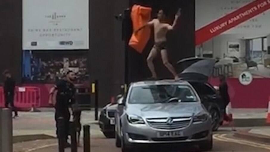 Homem seminu é perseguido por agressão e vandalismo na Inglaterra
