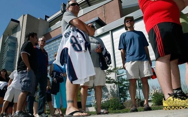 Torcedores fazem fila ao redor do estádio dos Patriots para trocar a camisa de Aaron Hernandez