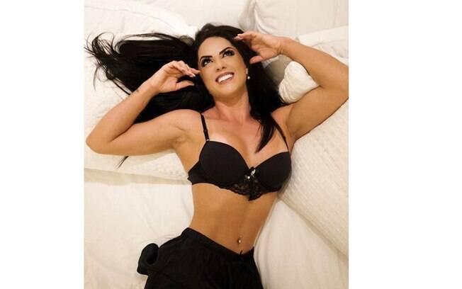 Graciele Lacerda exibe corpão em foto de lingerie