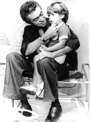 Chico Anysio com o pequeno Bruno Mazzeo, nos anos 1970
