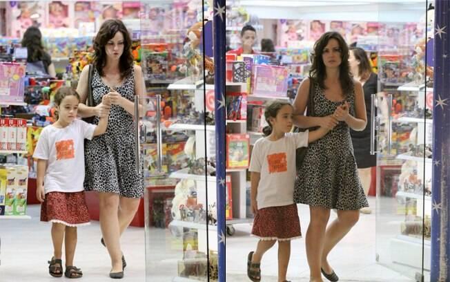 Carolina Kasting com a filha, Cora, nessa quarta-feira (29)