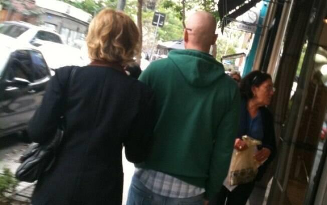 De cabeça raspada, Reynaldo Gianecchini foi flagrado pelo iG Gente passeando nos Jardins com a apresentadora Marília Gabriela nessa quinta-feira (15)