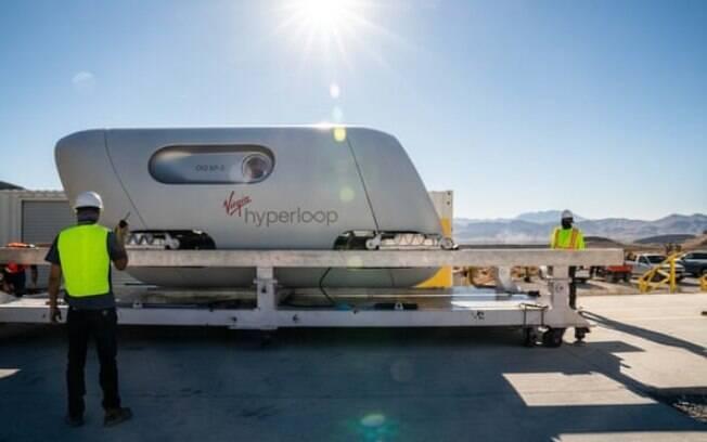 Virgin Hyperloop conclui o primeiro teste com passageiros em Nevada. O sistema usa propulsão elétrica e levitação eletromagnética sob condições de quase vácuo