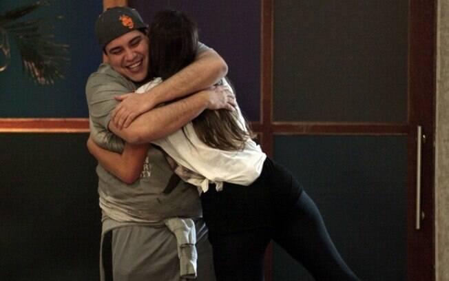 Bruna Marquezine e Tiago Abravanel se encontram em ensaio