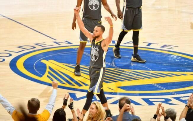 Stephen Curry chama a torcida após acertar uma de suas nove bolas de três, um recorde em Finais da NBA