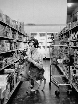 Audrey Hepburn e seu cervo de estimação, 1958.