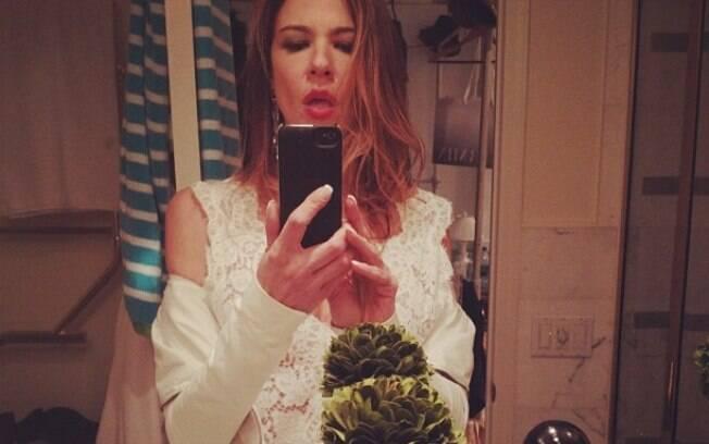 De férias em Nova York, Luciana Gimenez brinca com celular e posta fotos sensuais na rede