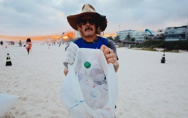 Donavon Frankenreiter recolhe lixo em praia do Rio de Janeiro