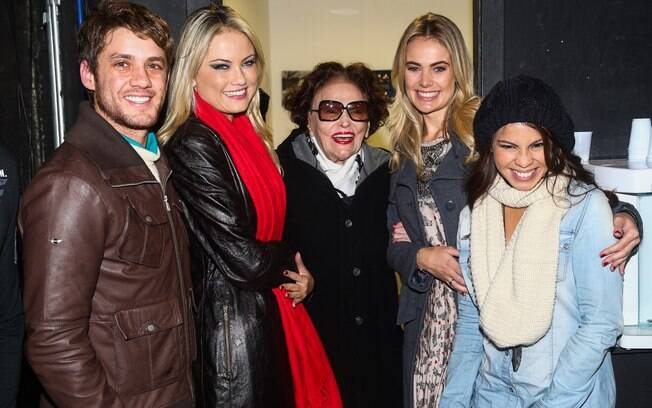 Bibi Ferreira recebe os convidados no camarim