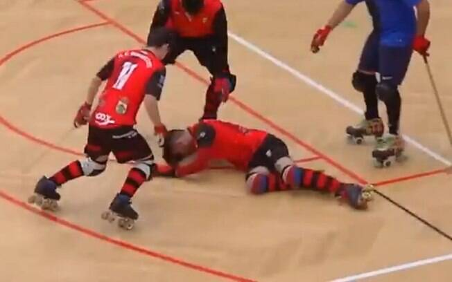 Jogador de hóquei sobre patins Alejo Rivas é agredido por atleta do time rival e é socorrido por colegas de equipe