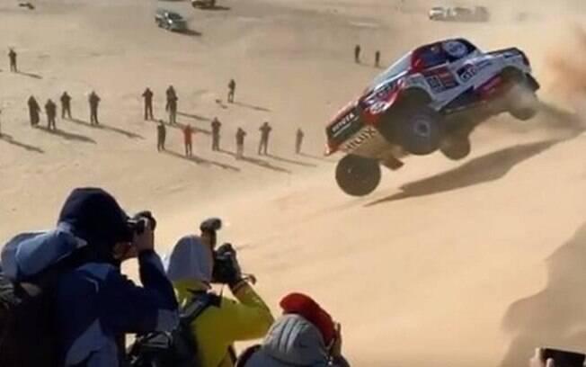 Fernando Alonso capota durante Rally Dakar