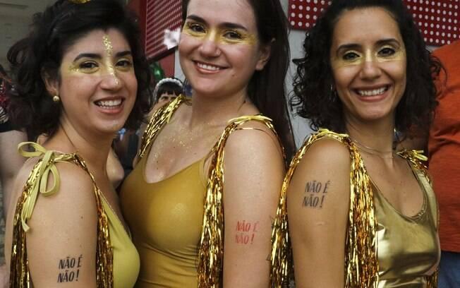 mulheres no carnaval com dizeres 'não é não'